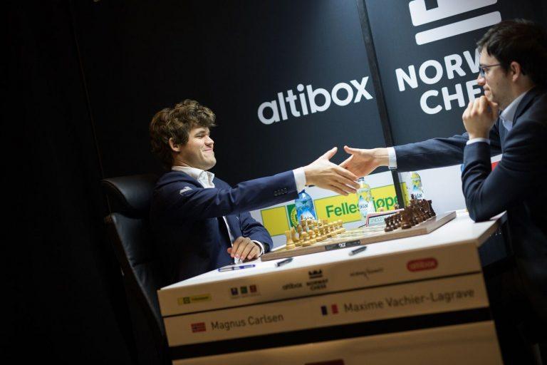 Aronian opp i tett med Nakamura – Magnus ned på bunn